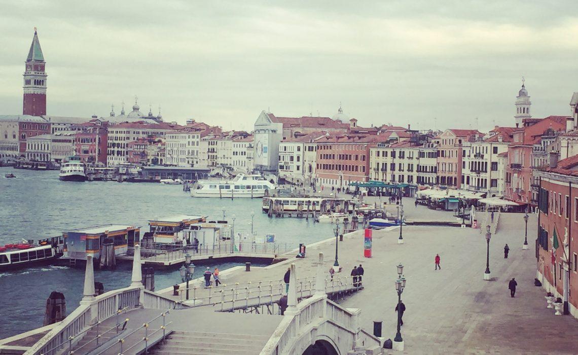 Venise l'envoutante vue d'un pont