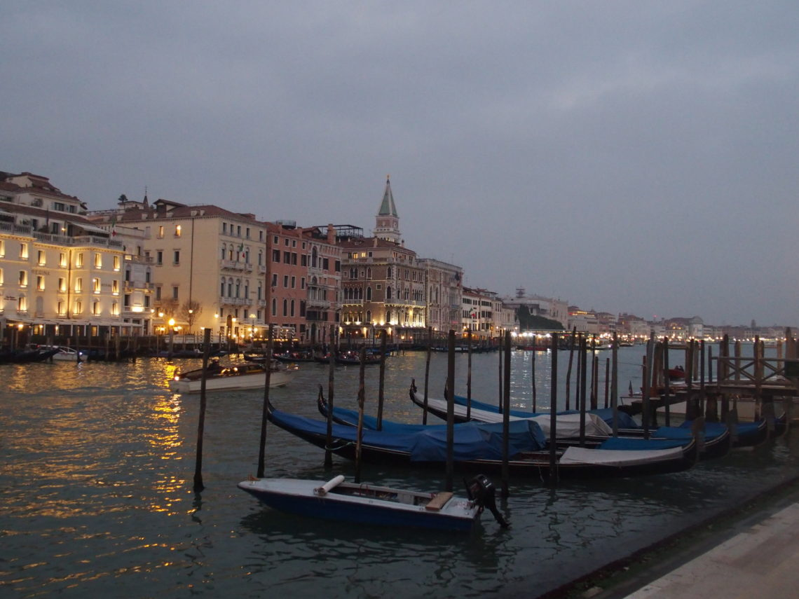 Vue sur Venise à la nuit tombante