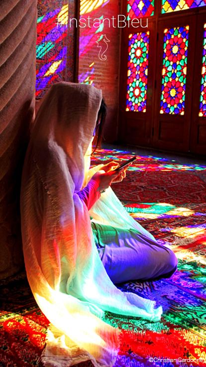 Jeune femme Iranienne devant vitraux - fonds d'écran