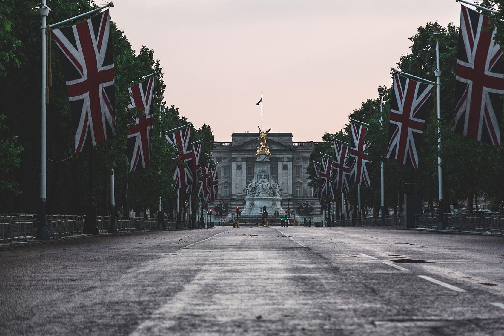 Buckingham Palace et drapeaux anglais