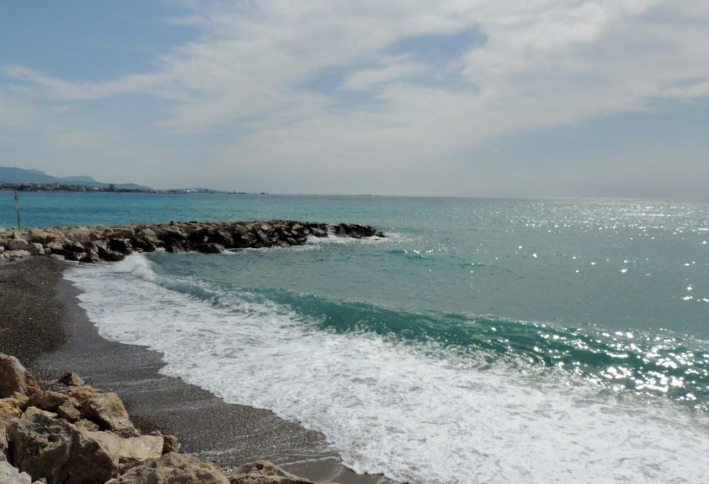 Plage de galets à Cagnes-sur-Mer