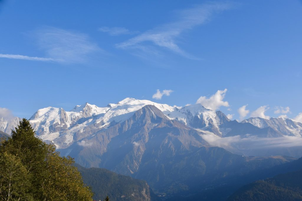 Sommets enneigés en Haute-Savoie